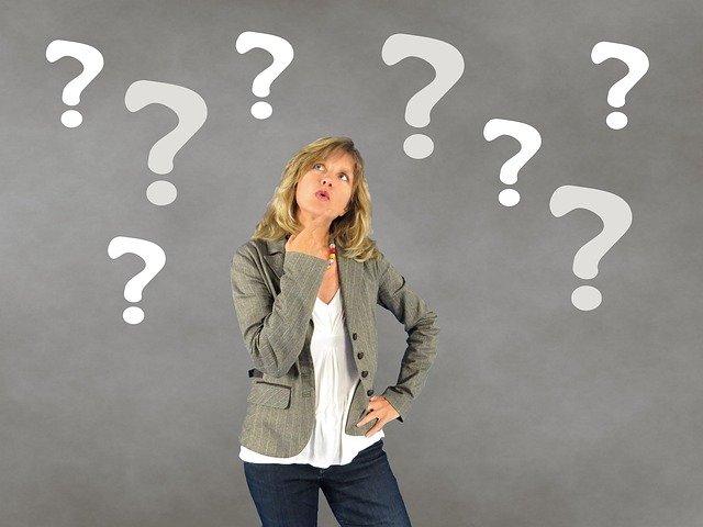אישה מתלבטת עם סימני שאלה